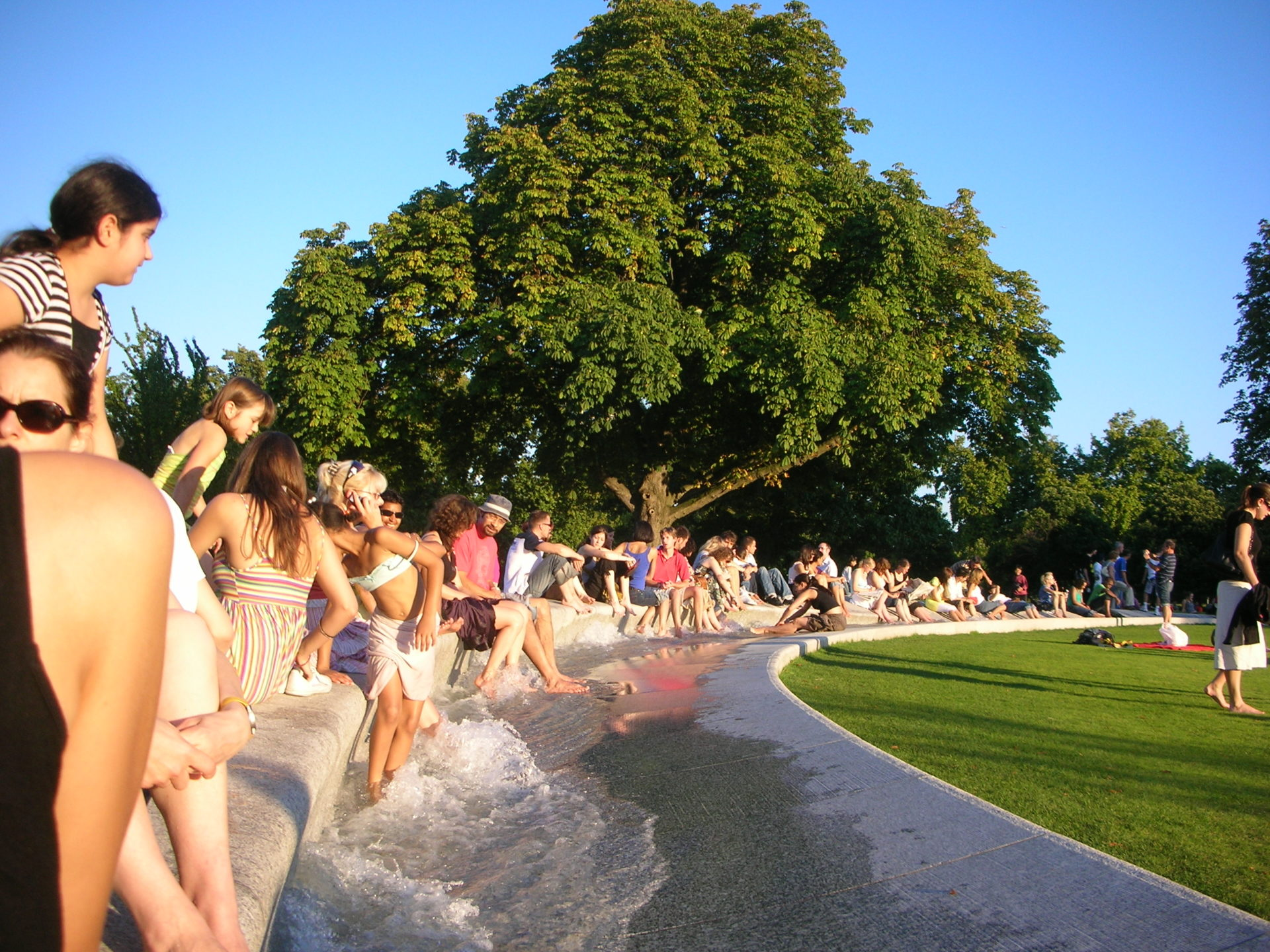 diana-princess-of-wales-memorial-fountain-london-people-playing-on-a-sunny-day