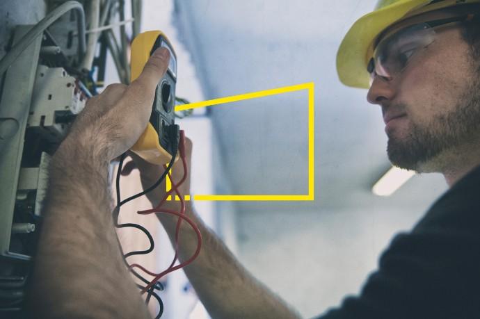 ey-man-installing-smart-meter-static.jpg.rendition.690.460
